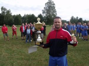 Hráč Kolafa s SK Mladé s putovním pohárem a pohárem pro vítěze